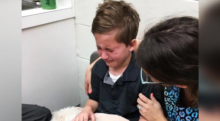 Uma criança conforta seu cachorro idoso em seus últimos momentos de vida