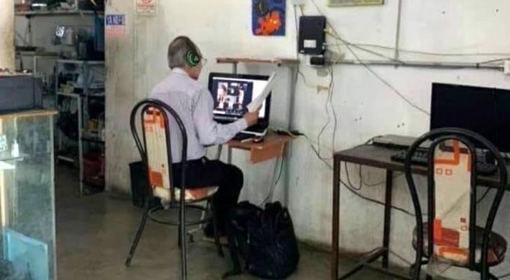 En lärare utan uppkoppling tar sig varje dag till ett café för att undervisa sina elever på distans