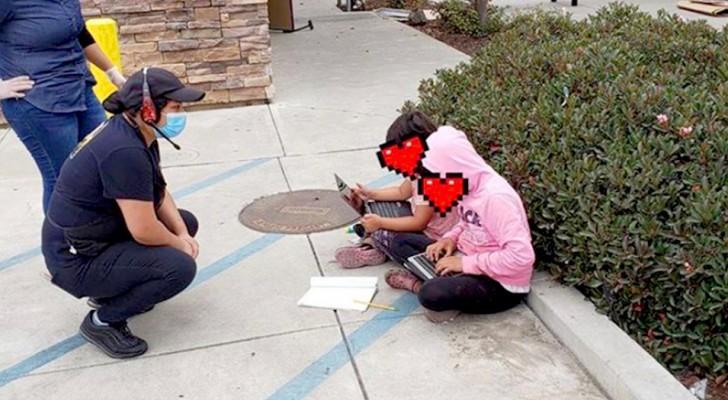 De serveersters vinden twee jongens buiten het restaurant: ze gebruiken de wifi van de fastfood om schoollessen te kunnen volgen