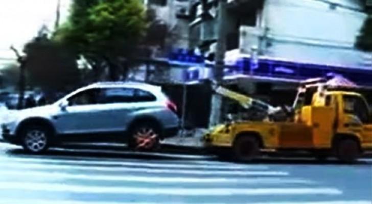 Ihr Auto wird abgeschleppt: Diese Frau dreht total durch!