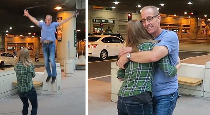 Una ragazza adottata incontra il padre biologico per la prima volta: il loro abbraccio commuove tutti
