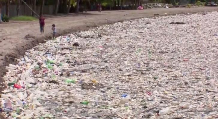 Honduras, 100 tonnellate di rifiuti di plastica hanno invaso le spiagge della nazione americana
