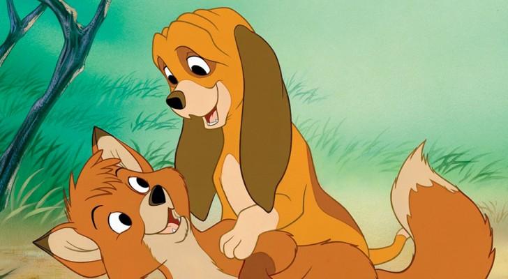 Un bulldog e una volpe stringono un'amicizia meravigliosa e improbabile: sono come Red e Toby