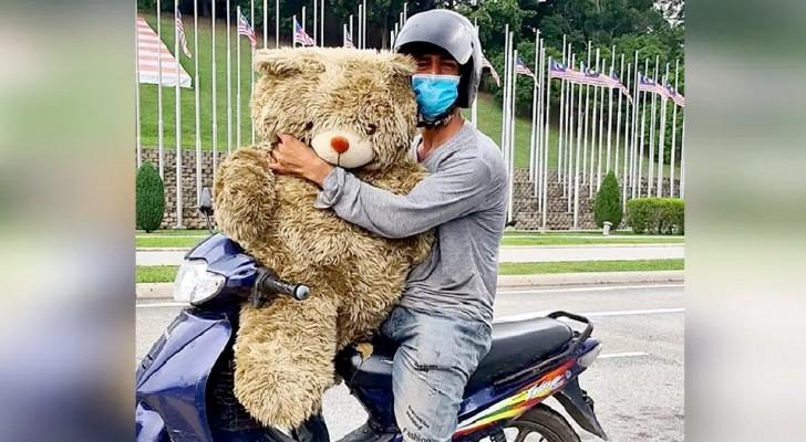 Um pai pobre chora de alegria ao encontrar um ursinho de pelúcia no lixo: Vou dar para minha filha