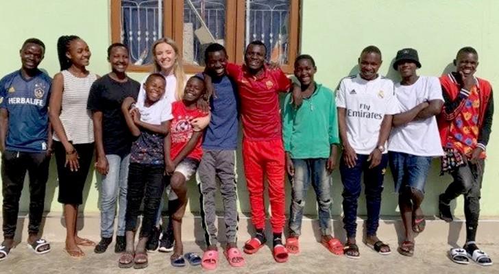 Una volontaria adotta 14 orfani africani e gli regala una nuova vita: sono una grande famiglia