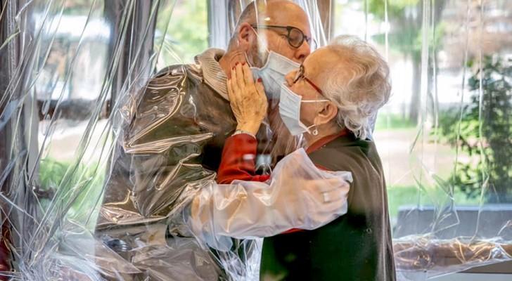 Treviso, una casa di riposo allestisce separatori trasparenti per abbracciare i propri cari in tutta sicurezza