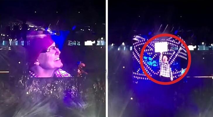 Una donna espone un cartello a un concerto: ciò che avviene vi lascerà SENZA PAROLE