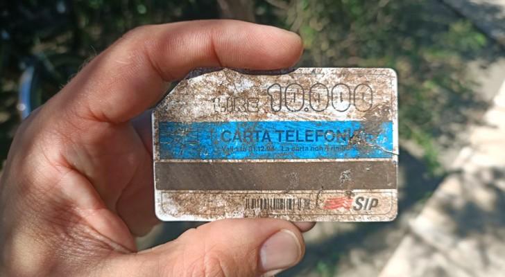 Trova una tessera telefonica del 1994 in spiaggia: è rimasta integra nonostante siano trascorsi quasi 30 anni