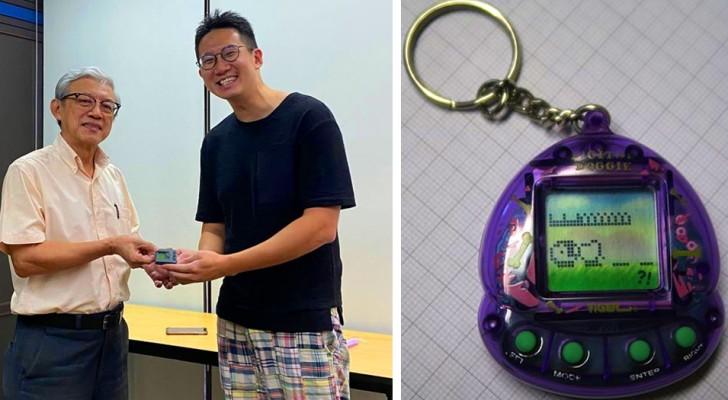 En lärare tar ifrån en elev sin leksak under lektionen och ger tillbaka den 21 år senare