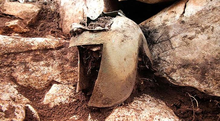 Scoperto un raro elmo da guerriero di 2500 anni fa: era in una grotta piena di tesori preziosissimi