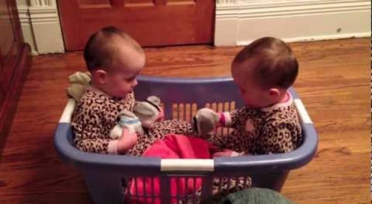 Vous mourrez de rire en écoutant la conversation codée de ces deux jumelles
