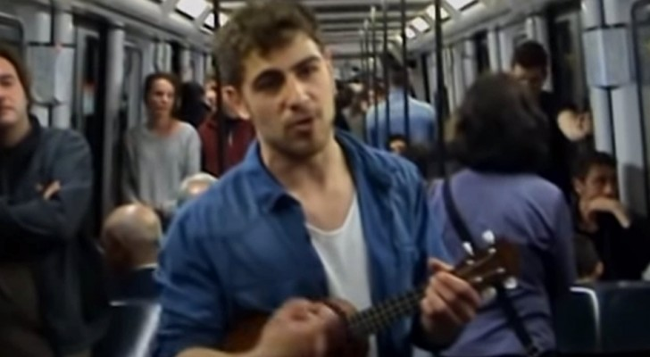 Ele se formou, mas ninguém o contrata: então escreve uma música com seu currículo e canta no metrô em busca de trabalho