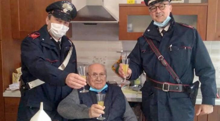 """""""Me sinto só, venham me fazer companhia"""": aos 94 anos, chama a polícia para fazer um brinde de natal com eles"""
