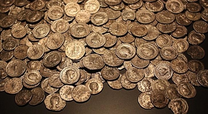 Un uomo scopre 1.300 monete d'oro mentre fa birdwatching: un tesoro sepolto da quasi due millenni
