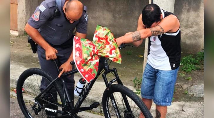 Een arme man bezorgt zoetwaren met een kapotte fiets: de politie besluit hem een nieuwe te geven