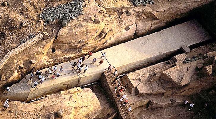 Questo antichissimo obelisco egizio è come un gigante disteso nel terreno, mai completato ma pieno di fascino
