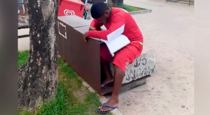 Vende sorvete para se tornar policial: um agente o vê estudando na rua e resolve pagar a taxa de inscrição para a prova