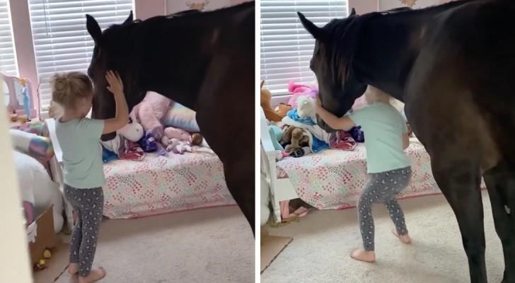 Mamma scopre che la figlia ha fatto entrare di nascosto il pony nella sua cameretta: una scena tenerissima