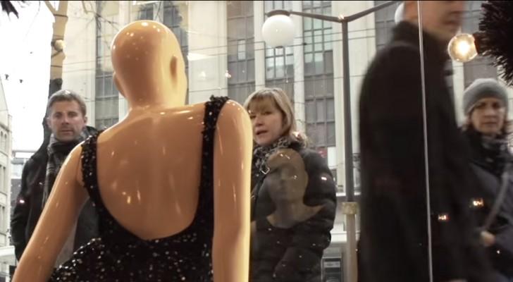 Passano di fronte a un negozio: ciò che vedono in vetrina li lascia senza parole