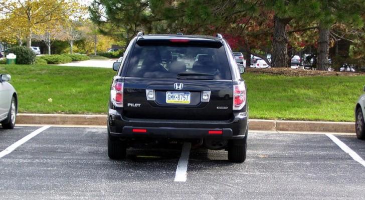 Elle gare sa voiture dans une zone de stationnement interdit et empêche le travail des ouvriers : ils se vengent et la situation précipite