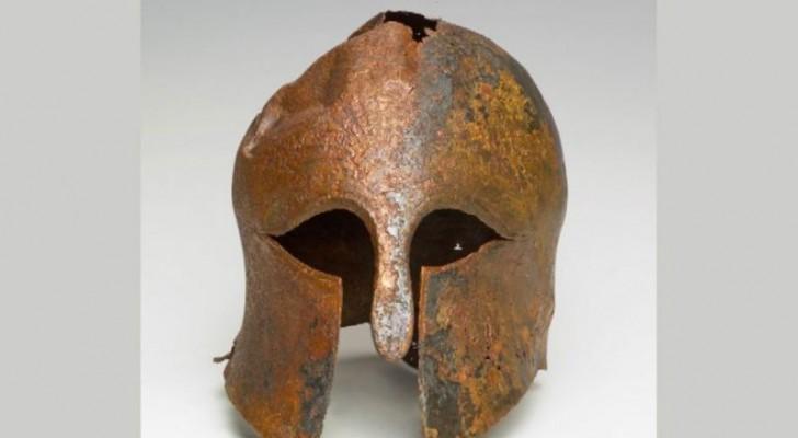 Ritrovato un raro elmo di bronzo di 2500 anni: apparteneva ad un soldato greco