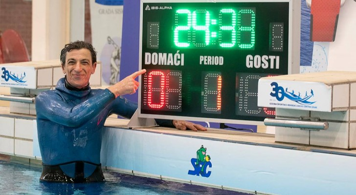 Stabilisce il nuovo record mondiale: ha trattenuto il respiro sott'acqua per 24 minuti e 33 secondi