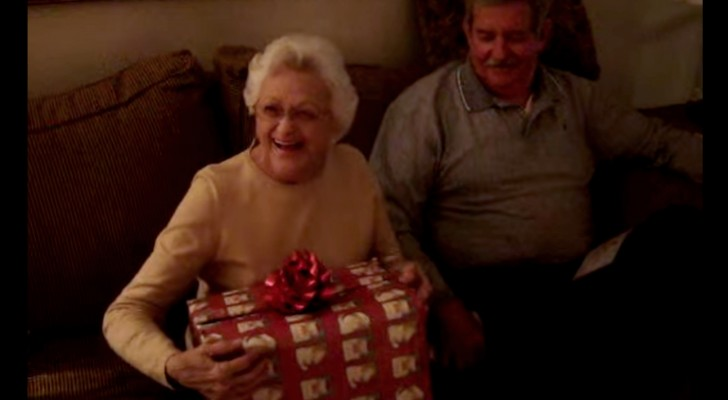 Grandma unwraps her Christmas gift: her reaction will change your day !