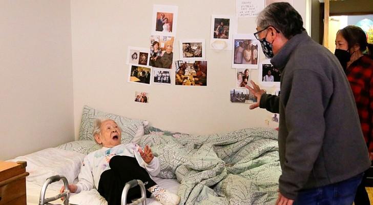 Han kramar sin 98-åriga mamma igen efter 1 år av social distansering - kvinnans ansiktsuttryck har inget pris