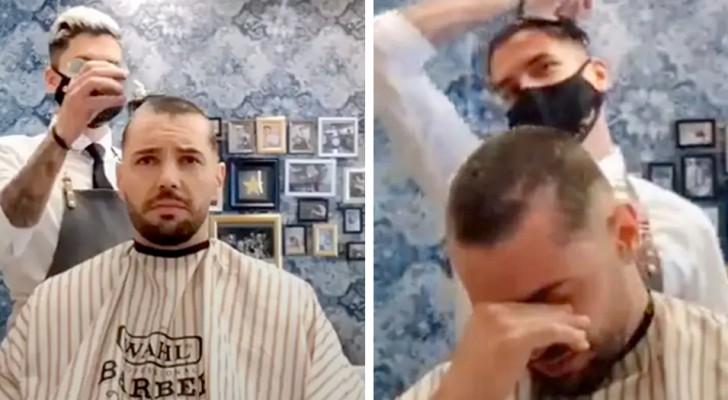 Non sei solo: barbiere si rade i capelli come gesto di solidarietà verso un cliente malato di cancro