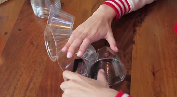 En man börjar häfta tillsammans några glas: det som han tillverkat är häpnande