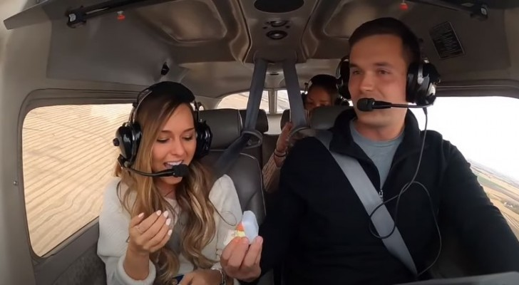 Fanno un giro in aereo e lui la sorprende con l'anello: una proposta di matrimonio indimenticabile