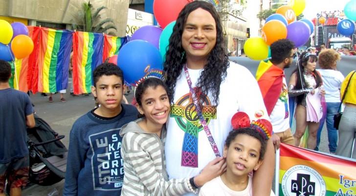 Trans-Mutter adoptiert drei Kinder, die von ihren Eltern abgelehnt wurden: Sie versucht, ihnen ein besseres Leben zu ermöglichen