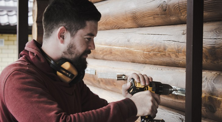 Ein Mann verliert seinen Job und verdient seinen Lebensunterhalt mit dem Zusammenbau von Ikea-Möbeln, die von anderen gekauft wurden