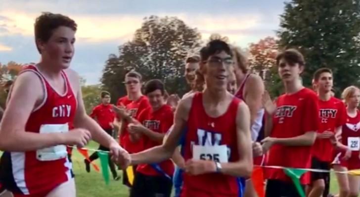 Joven autista se pierde durante una maratón, pero un adversario lo ayuda tomándolo de la mano en los últimos kilómetros