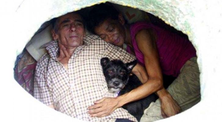 Ein sehr armes Ehepaar ist seit mehr als 22 Jahren gezwungen, in einem Gully zu leben: Wir haben alles, was wir brauchen