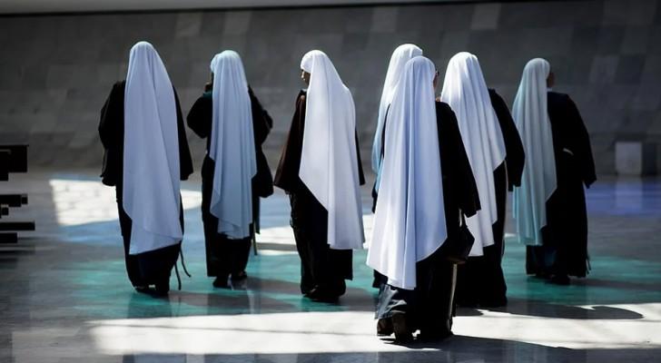 Twee nonnen gaan op missie naar Afrika en bij terugkeer ontdekken ze dat ze zwanger zijn