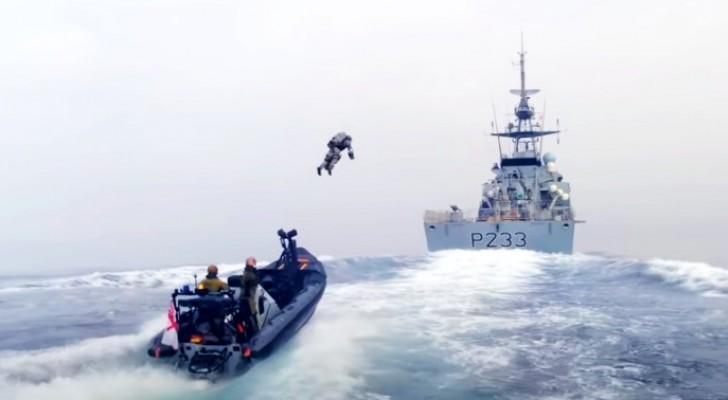 """I Corpi della Marina testano il """"jet-suit"""", una tuta volante usata per assaltare le navi nemiche"""