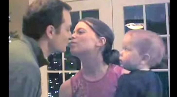 Maman et papa s'embrassent: la réaction du petit ne se fait pas attendre!