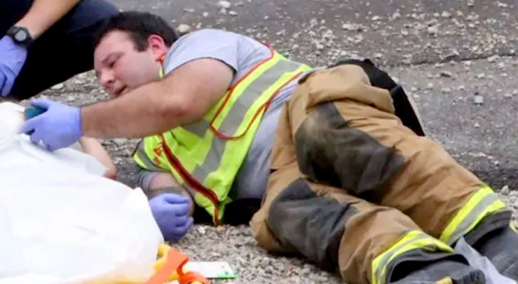 A firefighter calms a child after an accident by letting him play with his cell phone: the moving photo