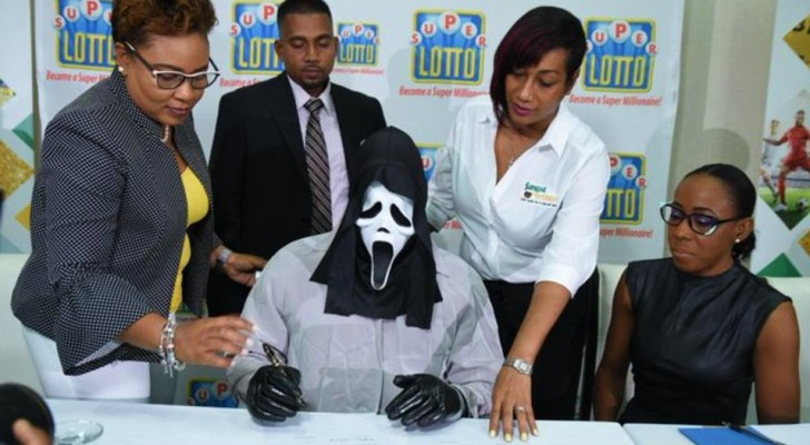 Vince la lotteria e riscuote il premio indossando una maschera: non vuole farsi riconoscere dai parenti
