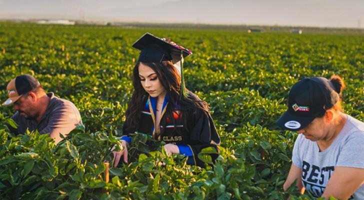 Una studentessa onora i genitori scattando le foto della laurea nei campi dove lavora la sua famiglia