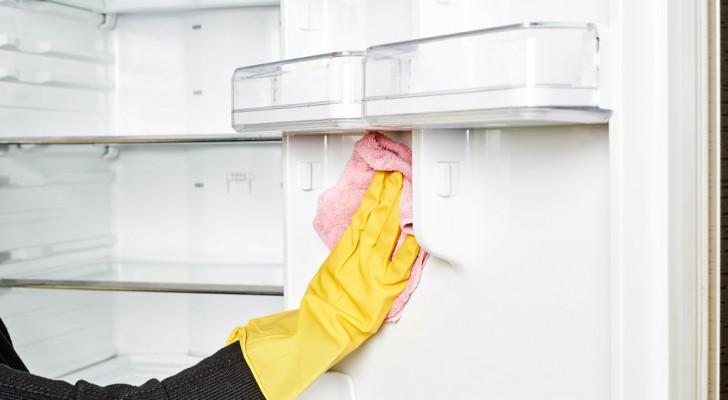 Via i cattivi odori dal frigo: i trucchi fai-da-te per pulirlo e farlo profumare