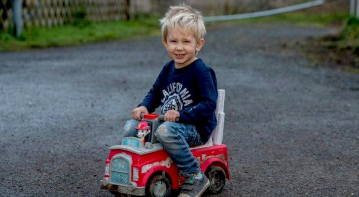 Niño de 3 años atraviesa la calle subido a su auto de juguete para salvar la vida del papá
