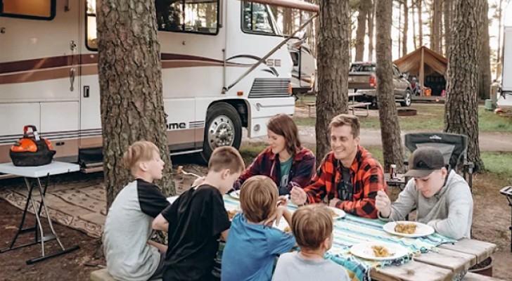 Questa famiglia di 7 persone vive in un camper di appena 30 metri quadrati