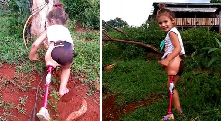 Een meisje met een beenprothese klimt een helling op en juicht met een heel lieve glimlach