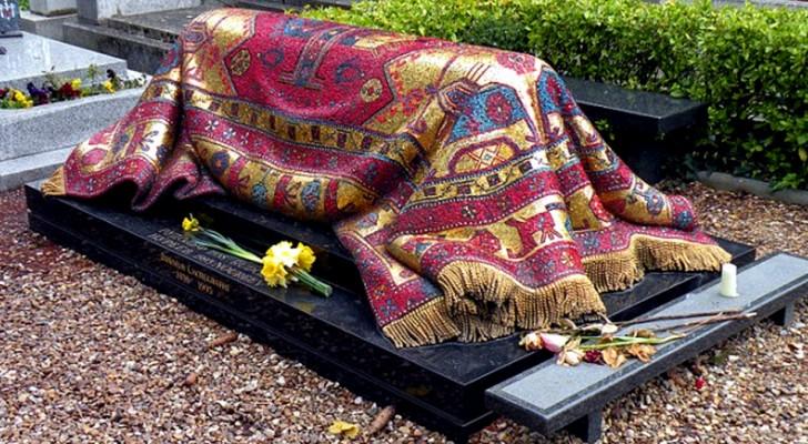 La tomba del celebre ballerino Nureev sembra ricoperta da un prezioso tappeto, ma in realtà è un mosaico