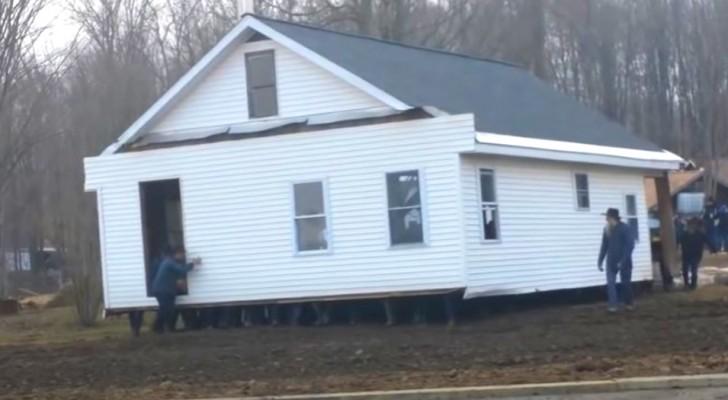 80 Männer heben mit bloßen Händen ein ganzes Haus an und stellen es woanders wieder ab