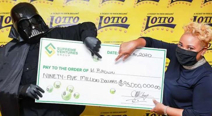Er gewinnt den Lotto-Jackpot und holt das Geld als Darth Vader verkleidet ab, um nicht erkannt zu werden