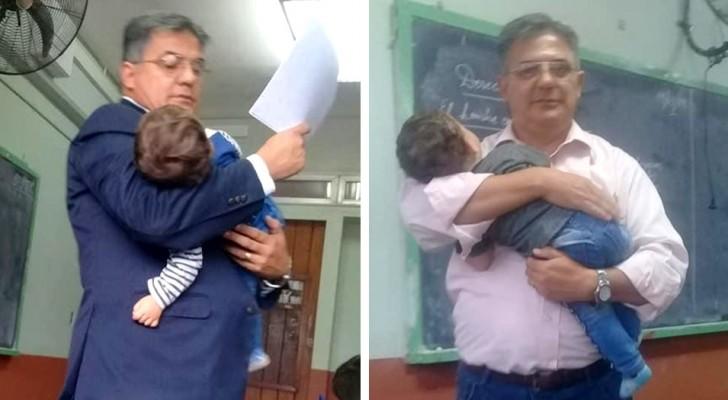 Professor segura o filho de uma jovem estudante nos braços para permitir que ela acompanhe melhor a aula