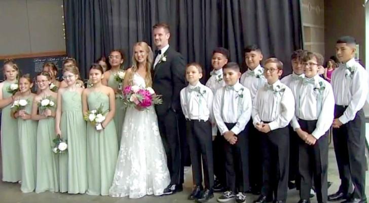 Onderwijzeres vraagt haar kleine leerlingen om getuigen en bruidsmeisjes te zijn op haar huwelijk